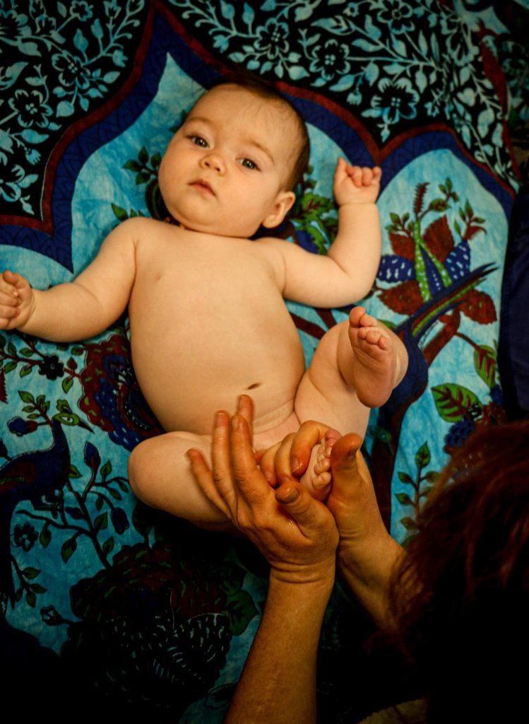 massage d'un bébé avec de l'huile