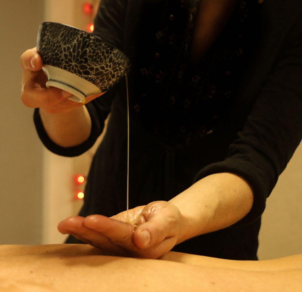 massage avec un bol d'huile