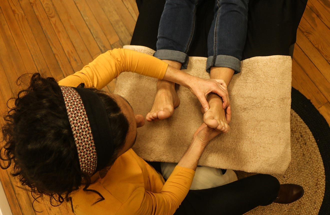 une femme enceinte se fait masser les pieds